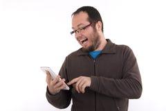 Het jonge toevallige geklede mens texting op zijn telefoon Royalty-vrije Stock Afbeeldingen
