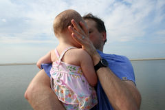 Het jonge vader spelen met dochter bij strand stock fotografie