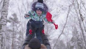 Het jonge vader spelen in het Park met zijn jonge zoon Werpt de babyhoogte boven zijn hoofd Actieve spelen in de verse lucht stock video