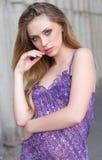 Het jonge verse kijken blondevrouw met groene ogen in viooltje summe Stock Fotografie