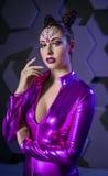 Het jonge violette kostuum van de vrouwenfantasie royalty-vrije stock afbeeldingen