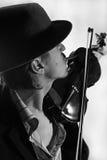 Het jonge violist spelen aan viool Royalty-vrije Stock Afbeelding