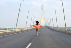 Het jonge volwassen lopen over brug Royalty-vrije Stock Afbeeldingen