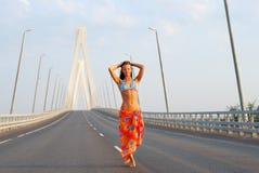 Het jonge volwassen lopen over brug Stock Foto