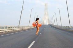 Het jonge volwassen lopen over brug Royalty-vrije Stock Fotografie