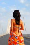 Het jonge volwassen lopen over brug Stock Afbeeldingen