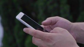 Het jonge Volwassen mens typen op smartphone stock videobeelden