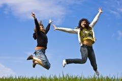 Het jonge vrienden springen Royalty-vrije Stock Afbeeldingen