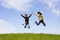 Het jonge vrienden springen Stock Afbeelding