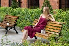 Het jonge vrij blonde meisje ontspannen Royalty-vrije Stock Afbeeldingen