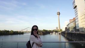 Het jonge vrij Kaukasische vrouw stellen voor foto in Dusseldorf stock videobeelden