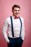 Het jonge vrolijke stylishly geklede mens glimlachen royalty-vrije stock fotografie