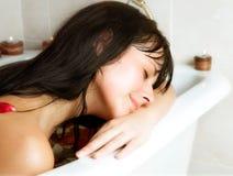 Het jonge vrouw baden Stock Afbeeldingen