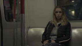 Het jonge vrouw berijden in metro De zitting van de reizigersvrouw op de wagen van de zetelmetro in ondergronds Meisje in m-moder stock footage
