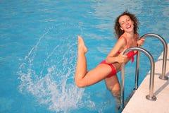 Het jonge vrouw bespatten in bassin Royalty-vrije Stock Afbeeldingen