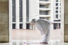 Het jonge vrouw doen bidt in de moskee stock foto