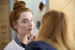 Het jonge vrouw doen maakt modellen goed alvorens te schieten r royalty-vrije stock fotografie