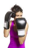 Het jonge vrouw in dozen doen in sportenuitrusting Stock Foto