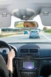 Het jonge vrouw drijven door auto op autosnelweg Royalty-vrije Stock Foto's