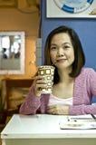 Het jonge vrouw drinken bij koffie Royalty-vrije Stock Fotografie