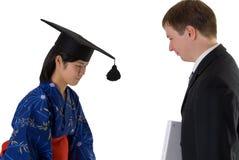 Het jonge vrouw een diploma behalen Stock Afbeeldingen