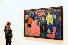 Het jonge vrouw en Ernst Ludwig Kirchner-schilderen Royalty-vrije Stock Fotografie
