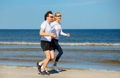 Het jonge vrouw en man lopen royalty-vrije stock afbeeldingen