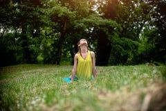 Het jonge vrouw exercing in aard stock foto's