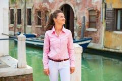 Het jonge vrouw genieten die in Venetië, Italië zijn Royalty-vrije Stock Foto's