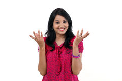 Het jonge vrouw gesturing open handen tegen witte backgrou Stock Afbeelding