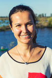 Het jonge vrouw glimlachen royalty-vrije stock afbeeldingen