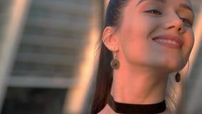 Het jonge vrouw glimlachen stock footage