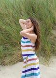 Het jonge vrouw glimlachen met dient haar in Royalty-vrije Stock Afbeeldingen