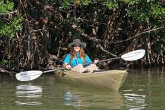 Het jonge vrouw kayaking op de Baai van Florida, Florida stock foto's