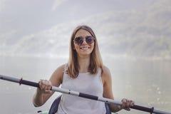 Het jonge vrouw kayaking op het meer royalty-vrije stock foto