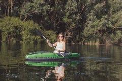 Het jonge vrouw kayaking op het meer royalty-vrije stock fotografie