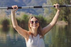 Het jonge vrouw kayaking op het meer stock foto