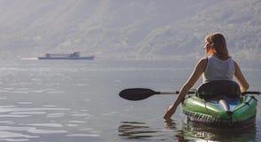 Het jonge vrouw kayaking op het meer stock afbeeldingen