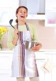 Het jonge vrouw koken Royalty-vrije Stock Foto's