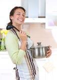 Het jonge vrouw koken Royalty-vrije Stock Afbeelding