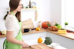 Het jonge vrouw koken in de keuken Huisvrouw die verse salade snijden stock afbeeldingen