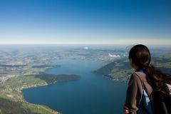 Het jonge vrouw letten op aan Zugersee vanaf de bovenkant van Rigi Royalty-vrije Stock Foto