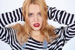 Het jonge vrouw lijden van de pijn over witte achtergrond Stock Afbeeldingen