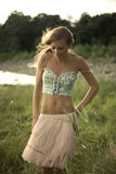 Het jonge vrouw lopen stock afbeelding