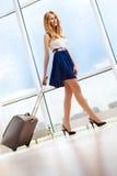 Het jonge vrouw lopen Stock Foto's