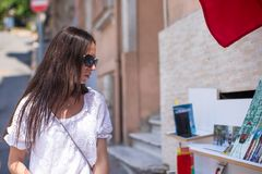 Het jonge vrouw lopen openlucht op oude straat Stock Foto's