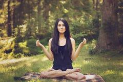 Het jonge vrouw mediteren Royalty-vrije Stock Foto's