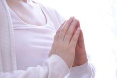 Het jonge vrouw mediteren in yoga stelt Stock Foto's
