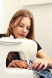 Het jonge vrouw naaien Royalty-vrije Stock Afbeelding