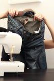 Het jonge vrouw naaien Royalty-vrije Stock Afbeeldingen